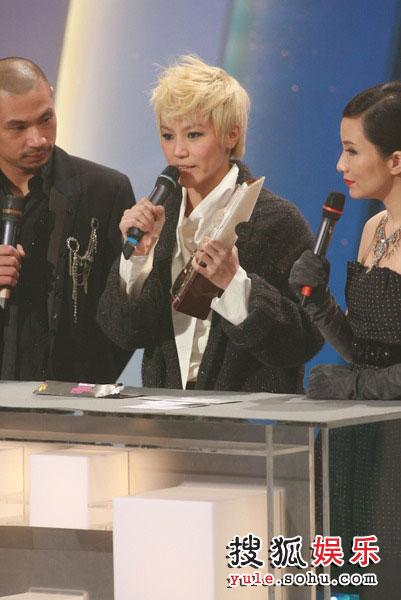 图:TVB金曲榜颁奖典礼现场 TVB8金曲奖第八首-何韵诗《木纹》