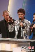 图:TVB金曲榜颁奖典礼现场 全球最爱粤语歌曲奖-张敬轩《酷爱》
