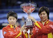 图文:国际乒联总决赛女双颁奖 郭跃捧起奖杯