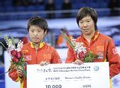 图文:国际乒联总决赛女双颁奖 郭跃李晓霞合影