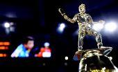 图文:乒联总决赛女单颁奖 冠军奖杯上的装饰