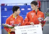 图文:乒联总决赛男单颁奖 季军马龙和王励勤