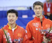 图文:乒联总决赛男单颁奖 王励勤绽放笑容