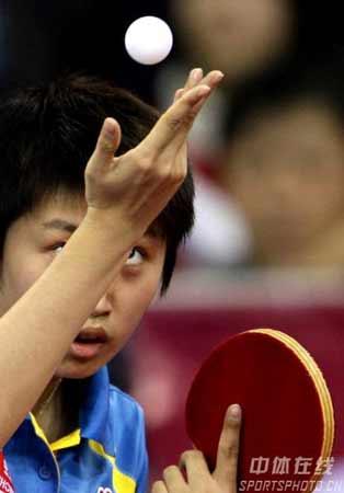 图文:李晓霞4-2郭跃夺得冠军 郭跃准备发球