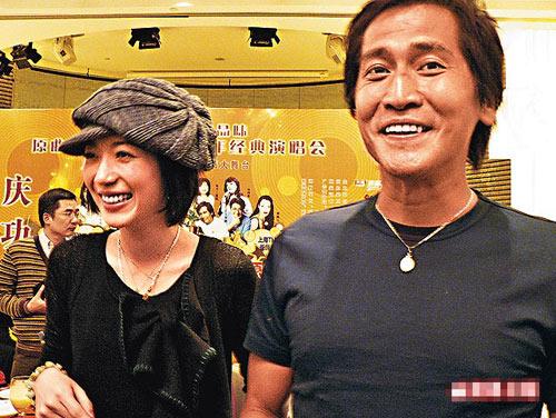 47岁的齐秦带着小他24岁的女友一同出现在上海