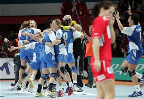 图文:女手世锦赛俄罗斯卫冕成功 俄罗斯队庆祝