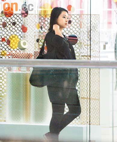 深居简出的欧倩怡,日前挺着5个月的身孕Shopping