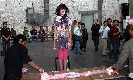实拍街头少女龌龊变态表演组图
