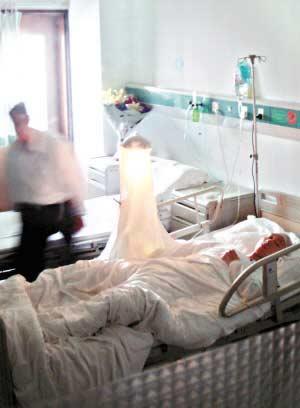 被砍的老师上某,其头部和右手都受伤了