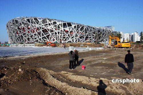 """国家体育场——北京奥运""""鸟巢""""工地,工人们正在紧张施工。鸟巢""""将在2008年3月底完工。"""