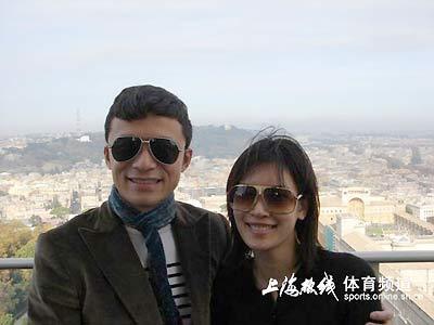 图文:谢晖赴德前携娇妻游罗马 开怀一笑