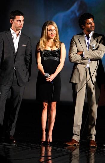 三位主演站在台上