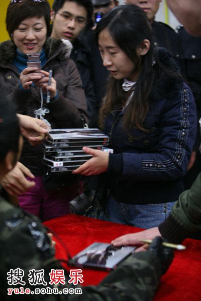 歌迷多数都同时购买十几张唱片