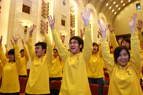 志愿者代表热烈欢呼