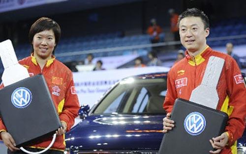 李晓霞(左)与马琳手捧汽车钥匙