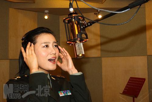 著名青年歌手、总政歌舞团独唱演员谭晶正在录音棚为《你就是英雄