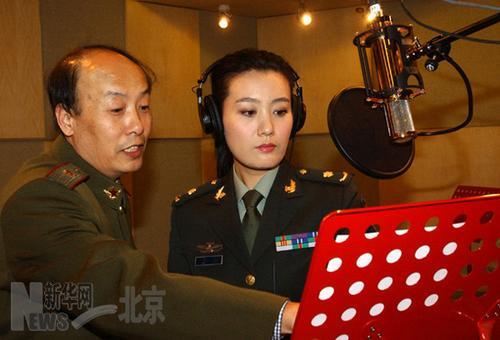 总政歌舞团独唱演员谭晶指点歌词的演唱表达(12月15日摄).-激