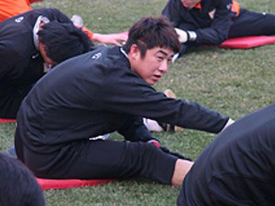 图文:[鲁能重罚崔鹏] 训练中迷茫眼神