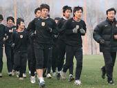 图文:[鲁能重罚崔鹏] 跑步训练中