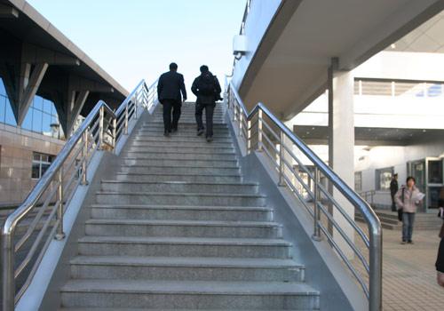 图文:北航体育馆改造竣工 体育馆外的爬梯