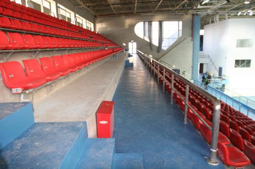 图文:北航体育馆改造竣工 座席间的疏散通道