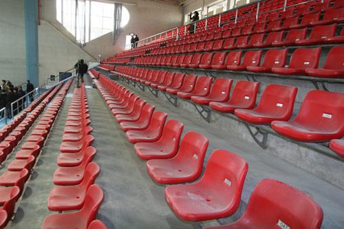 图文:北航体育馆改造竣工 西侧红色座席
