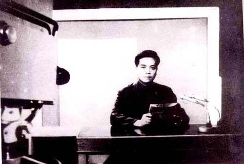 年轻时的赵忠祥在主播台上。