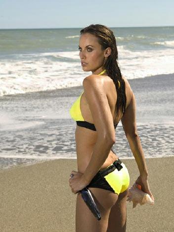 图文:美女奥运冠军性感写真 黄色泳装海边徜徉