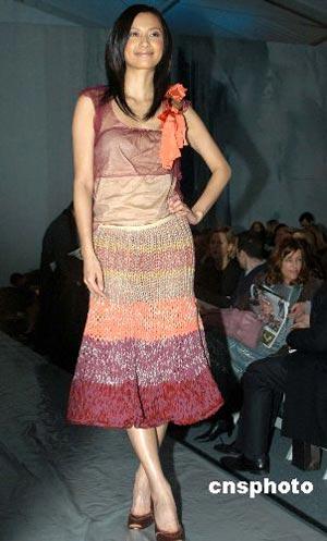 备受中国都市女性追捧的国际著名品牌宝姿(Ports )二月七日在纽约时装周上发布秋冬女装系列。中国当红明星徐静蕾应邀飞赴纽约,亲临发布会现场观秀。中新社发 邓悦 摄