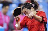 图文:新加坡女乒3-1欧洲 孙蓓蓓正手回击