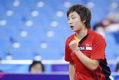 图文:新加坡女乒3-1欧洲 冯天薇握拳助威