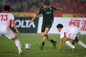 图文:[友谊赛]国奥1-1科特布斯 准备铲断