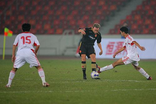 图文:[友谊赛]国奥1-1科特布斯 谭望嵩拦截瞬间