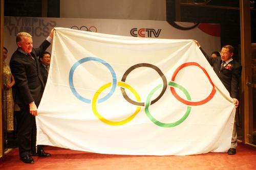 图文:央视获奥运新媒体转播权 奥运会旗展示