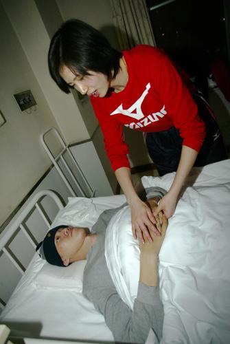 图文:汤淼抵达北京继续治疗 周苏红细心陪伴