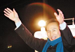 18日夜晚,李明博仍然在为选举做最后的努力。