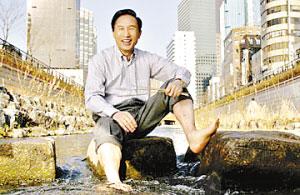李明博坐在改造后的清溪川中。