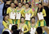 图文:奥运啦啦操选拔广东赛区 展示获奖证书