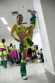 图文:奥运啦啦操选拔广东赛区 陈晨在后台准备