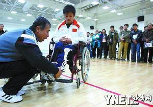 轮椅实践课上,残疾运动员郭严冬扮作服务对象配合老师做示范
