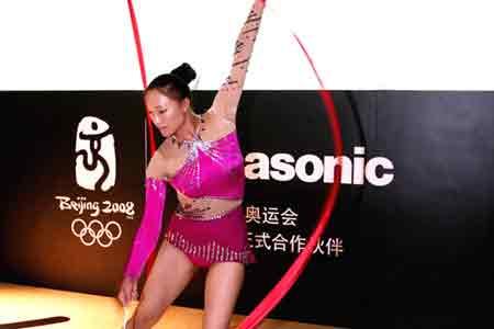 2007年8月北京举行的一次视迅设备展览会,松下公司的展台上,北京奥运合作伙伴的标志非常醒目。