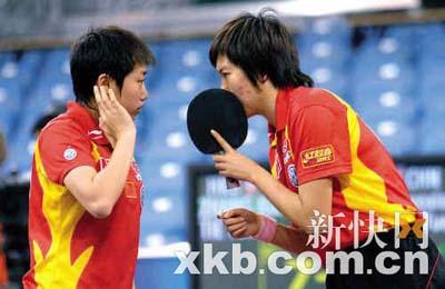 ■女双比赛中李晓霞(右)/郭跃在商讨战术。新华社图