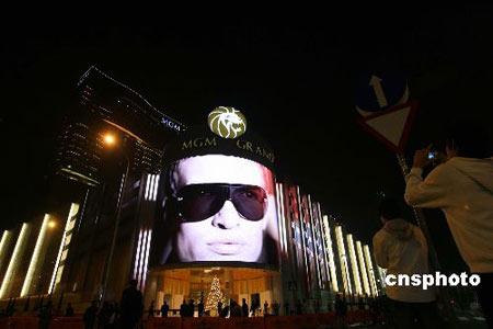 十二月十八日,澳门美高梅金殿MGM在新口岸隆重开幕。至此,澳门六个赌牌已投入市场,博彩业市场竞争进入白热化。图为暮色下的美高梅金殿MGM。 中新社发 武仲林 摄