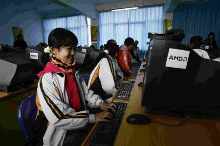 AMD启明星电子教室内的女学生正在体验电脑