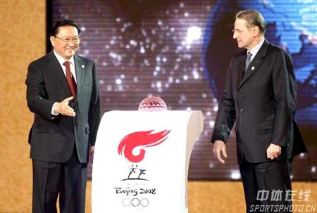 罗干(左)与罗格共同发布北京2008年奥运会火炬接力传递计划路线 来源:中体在线