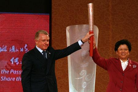 陈至立(右)和维尔布鲁根共同为北京2008年奥运会火炬揭幕 程宫摄
