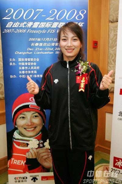 图文:李妮娜助阵自由式滑雪世界杯 剑指第一