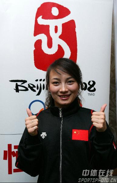 图文:李妮娜助阵自由式滑雪世界杯 预祝胜利