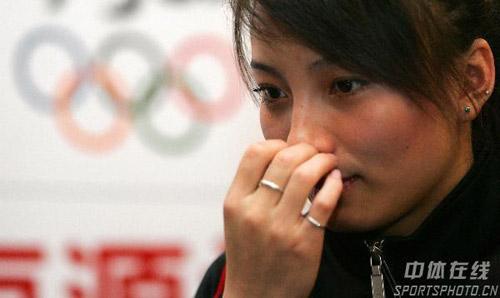 图文:李妮娜助阵自由式滑雪世界杯 低头沉思