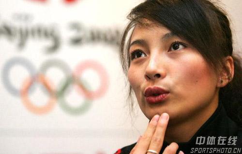 图文:李妮娜助阵自由式滑雪世界杯 扮出可爱状